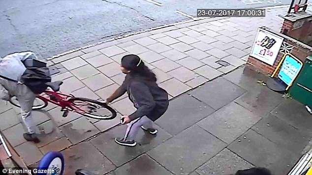 Clip: Cầm dao vào cửa hàng đe dọa, tên cướp gặp họa vì chủ cửa hàng quá cứng rắn - Ảnh 4.