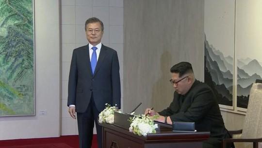 Đội an ninh Triều Tiên rốt ráo dò mìn, tẩy trùng tại Nhà Hòa bình - Ảnh 1.