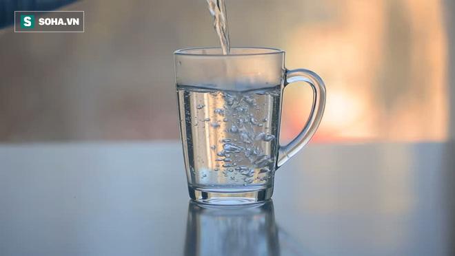 Mùa hè uống nước ấm hay nước lạnh sẽ tốt hơn: Đừng uống tùy tiện, kẻo gây hại cho sức khỏe - Ảnh 1.