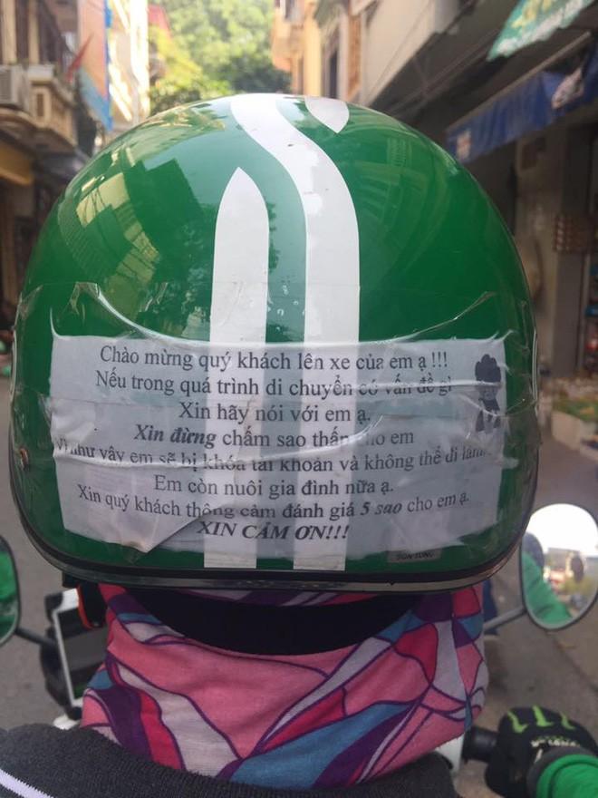 Vừa ngồi lên xe, khách đã giật mình với tờ giấy dán trên mũ bảo hiểm của tài xế Grabbike - Ảnh 2.