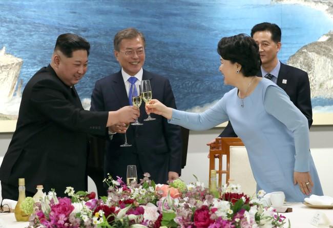 Hậu trường Thượng đỉnh: Tôn trọng đối phương, ông Kim Jong-un lẳng lặng ra ngoài hút thuốc - Ảnh 3.