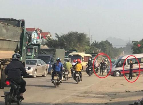 Nhóm thanh niên lạ mặt phân luồng cho xe tải chở đất, gây ách tắc đường mòn Hồ Chí Minh  - Ảnh 1.