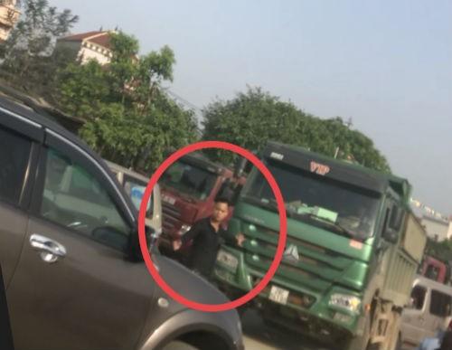 Nhóm thanh niên lạ mặt phân luồng cho xe tải chở đất, gây ách tắc đường mòn Hồ Chí Minh  - Ảnh 3.