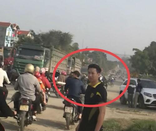 Nhóm thanh niên lạ mặt phân luồng cho xe tải chở đất, gây ách tắc đường mòn Hồ Chí Minh  - Ảnh 4.