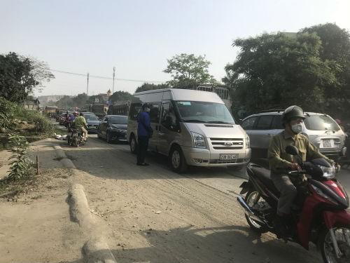 Nhóm thanh niên lạ mặt phân luồng cho xe tải chở đất, gây ách tắc đường mòn Hồ Chí Minh  - Ảnh 5.