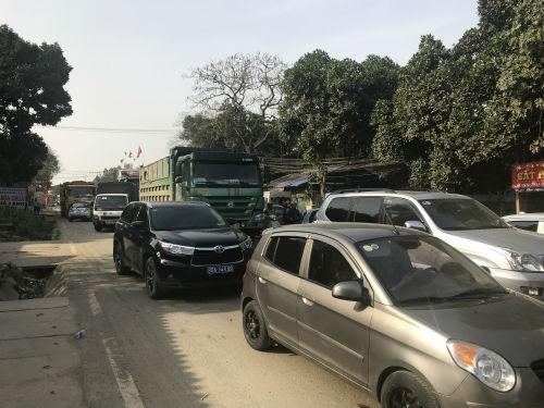 Nhóm thanh niên lạ mặt phân luồng cho xe tải chở đất, gây ách tắc đường mòn Hồ Chí Minh  - Ảnh 6.