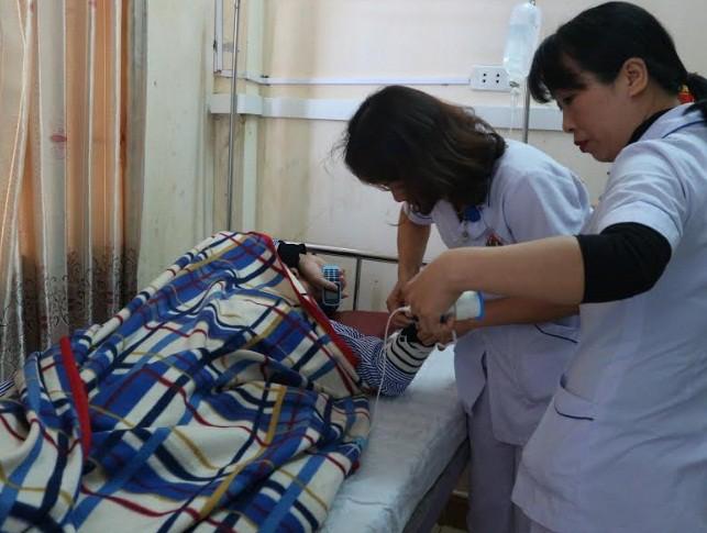 Bác sĩ lại bị người nhà bệnh nhân hành hung khi đang cấp cứu cho bệnh nhân - Ảnh 2.