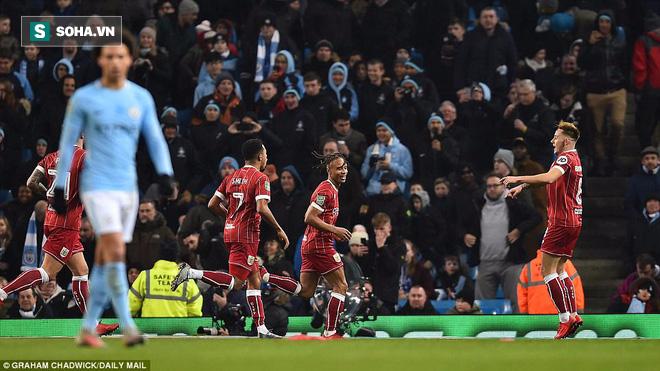 Thắng nghẹt thở ở phút bù giờ, Man City tiến sát danh hiệu đầu tiên - Ảnh 2.