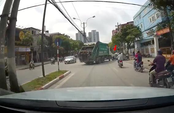 Hà Nội: Va chạm với xe rác đang quay đầu, người đàn ông thoát chết trong gang tấc - Ảnh 2.
