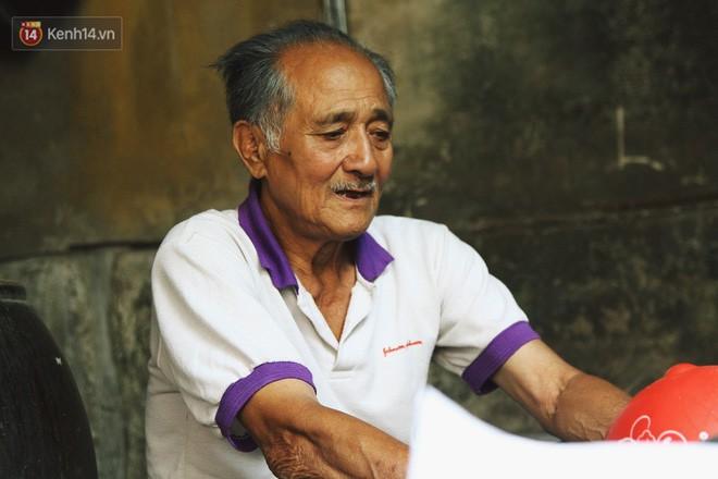 Chuyện về cụ ông Hà Nội phía sau cây cổ thụ treo hàng chục chiếc mũ bảo hiểm sứt mẻ trên đường Trần Hưng Đạo - Ảnh 5.