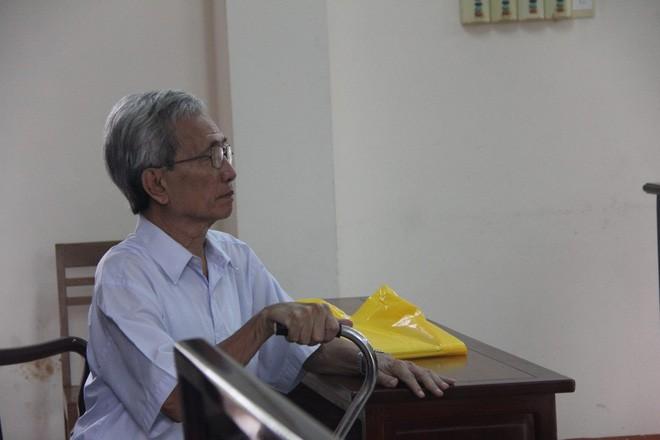 Bị cáo 77 tuổi dâm ô trẻ em ở Vũng Tàu chống gậy đến toà  - Ảnh 1.