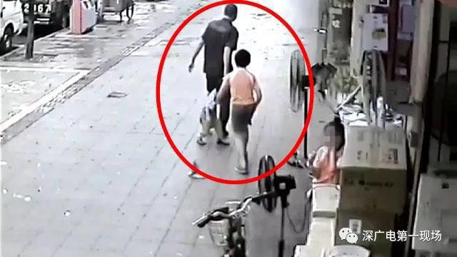 Chơi ngay trước nhà, bé 3 tuổi vẫn suýt bị bắt cóc đưa đi mất - Ảnh 1.