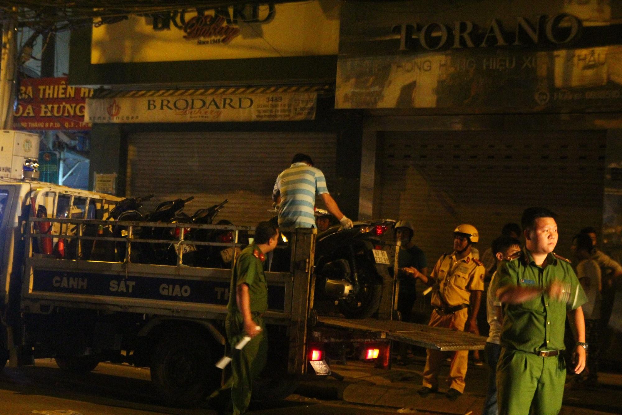 Hiện trường vụ băng trộm SH đâm chết 3 người ở Sài Gòn - Ảnh 9.