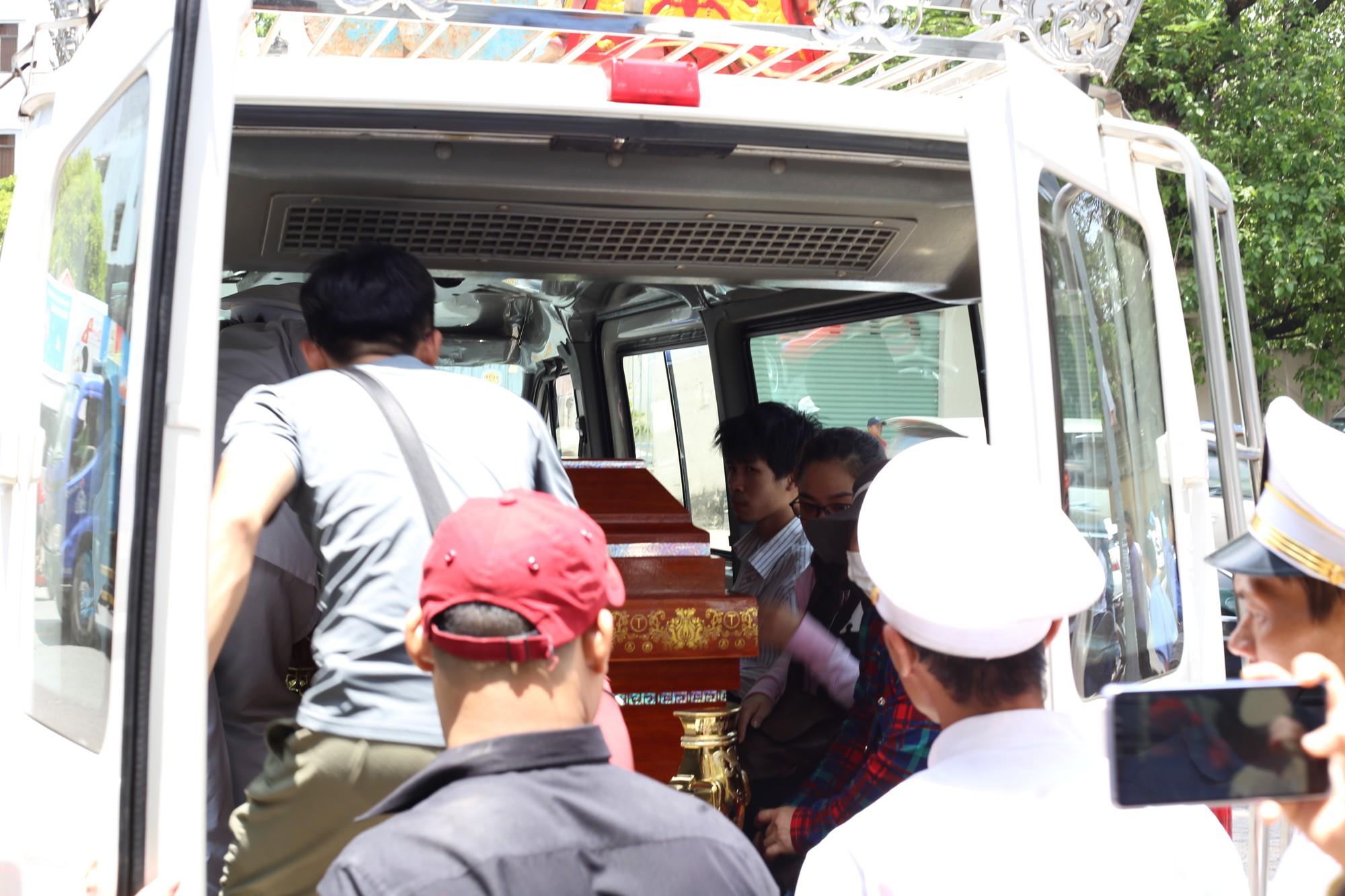 Vợ sắp cưới của hiệp sĩ Nguyễn Hoàng Nam khóc ngất bên linh cữu của chồng - Ảnh 12.