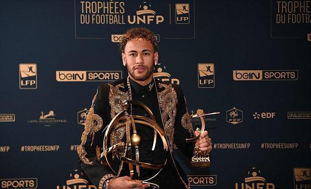 Neymar lên đồ như sao điện ảnh, nhận giải thưởng từ tay Ronaldo béo - Ảnh 1.