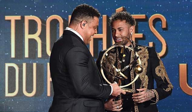 Neymar lên đồ như sao điện ảnh, nhận giải thưởng từ tay Ronaldo béo - Ảnh 2.