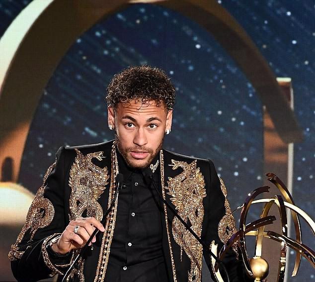 Neymar lên đồ như sao điện ảnh, nhận giải thưởng từ tay Ronaldo béo - Ảnh 3.