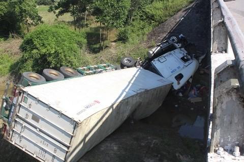 Huế: Va chạm với xe khách, xe đầu kéo lao qua thành cầu rơi xuống suối - Ảnh 2.