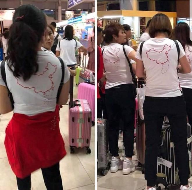 Tại sao nhóm khách Trung Quốc mặc áo in hình đường lưỡi bò qua được cửa khẩu? - Ảnh 1.