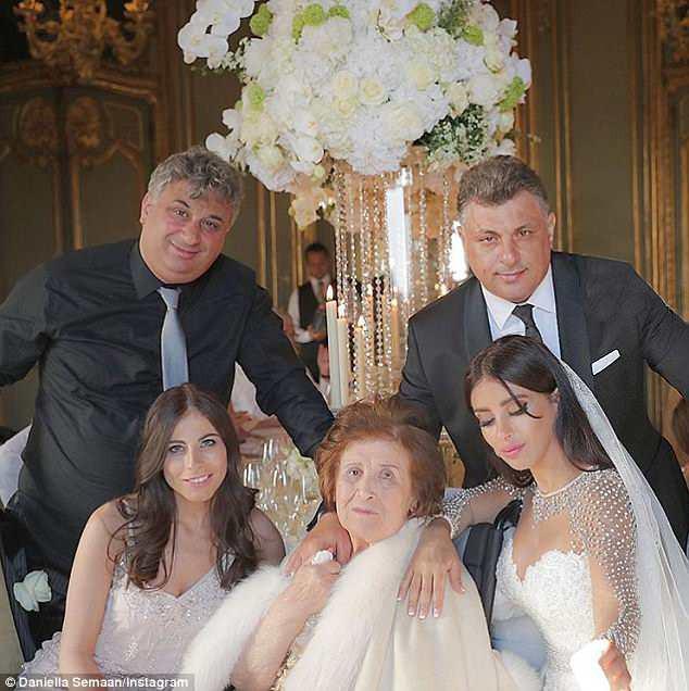 Fabregas kết hôn với người đẹp hơn 12 tuổi, trong lễ cưới ngập màu trắng như cổ tích - Ảnh 1.