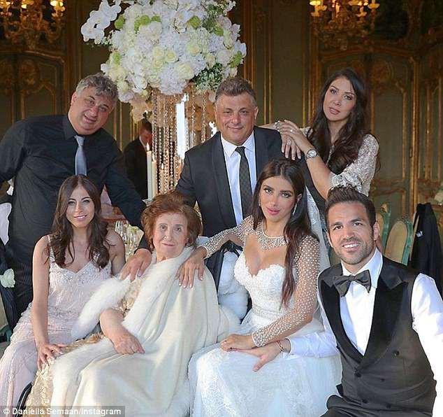 Fabregas kết hôn với người đẹp hơn 12 tuổi, trong lễ cưới ngập màu trắng như cổ tích - Ảnh 2.