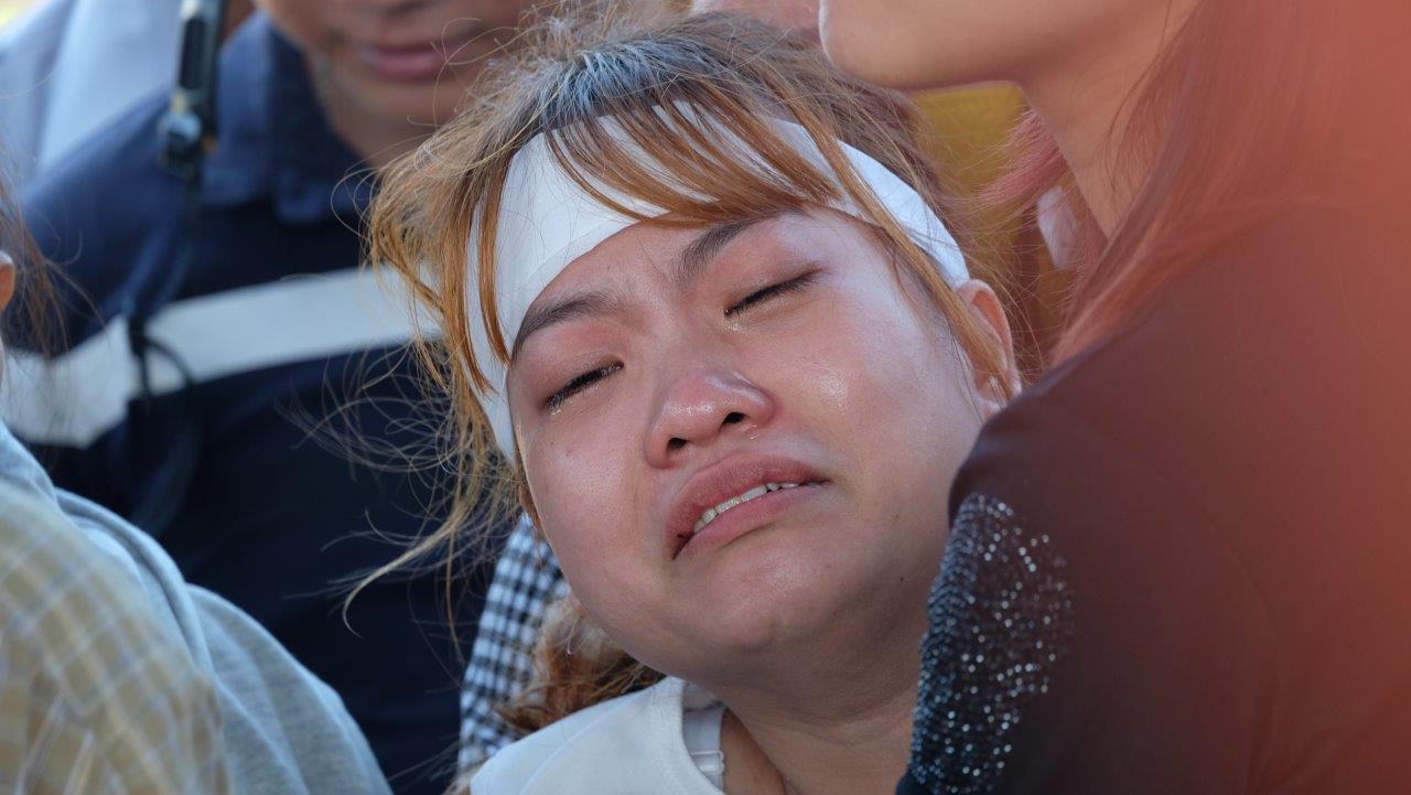Người vợ chưa kịp mặc áo cưới của hiệp sĩ bị đâm tử vong ở Sài Gòn khóc nghẹn trong lễ tang chồng  - Ảnh 9.