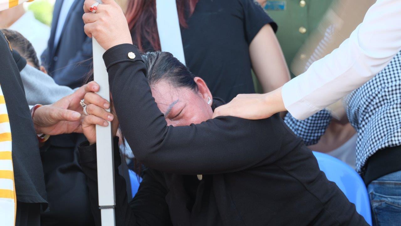 Người vợ chưa kịp mặc áo cưới của hiệp sĩ bị đâm tử vong ở Sài Gòn khóc nghẹn trong lễ tang chồng  - Ảnh 8.