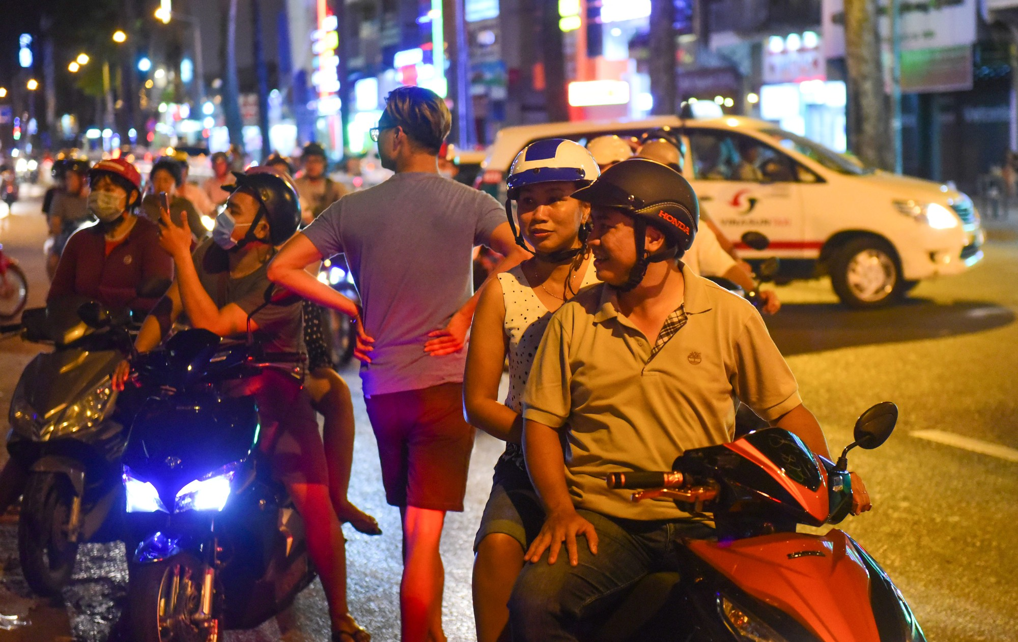Người Sài Gòn xếp hàng kín vỉa hè chờ mua sữa tươi trân châu đường đen - Ảnh 1.