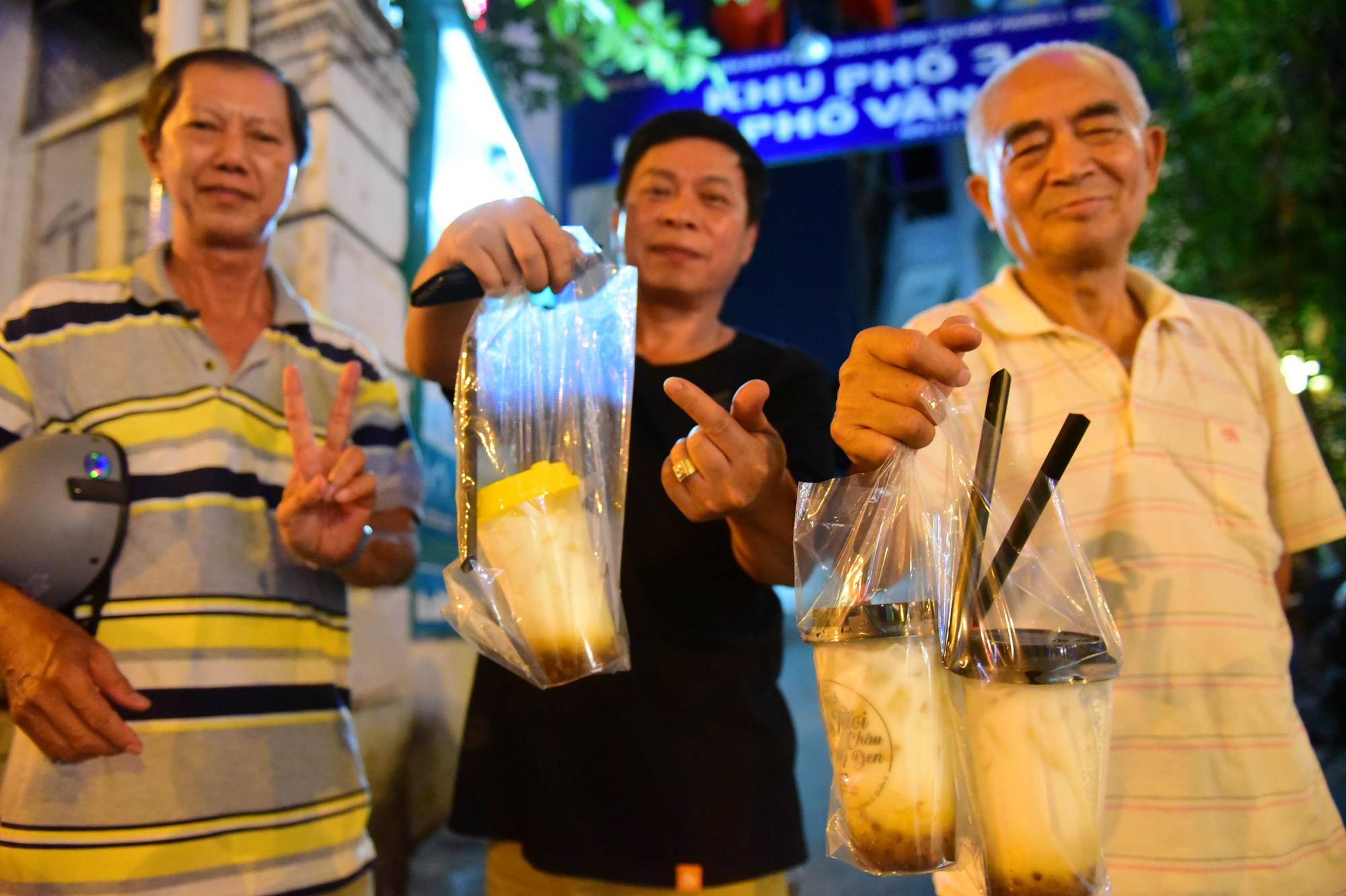 Người Sài Gòn xếp hàng kín vỉa hè chờ mua sữa tươi trân châu đường đen - Ảnh 10.
