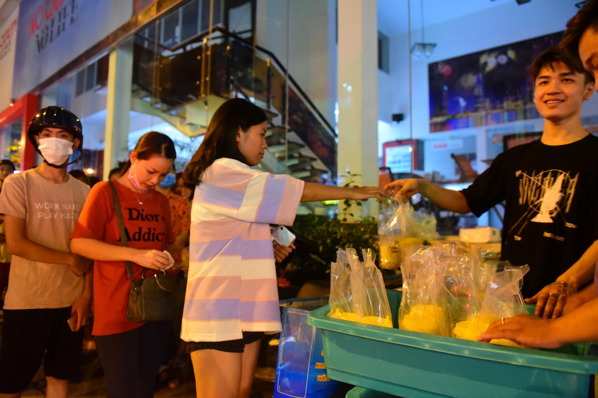 Người Sài Gòn xếp hàng kín vỉa hè chờ mua sữa tươi trân châu đường đen - Ảnh 12.