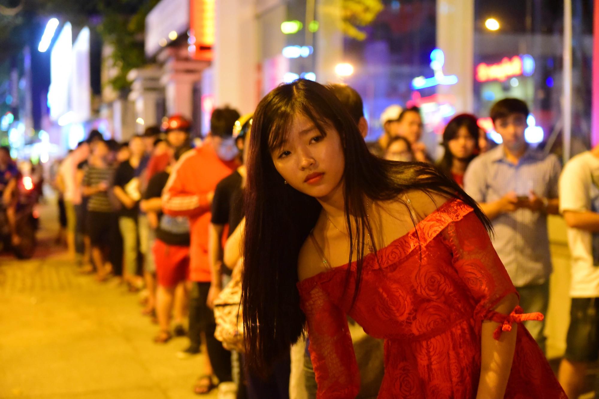 Người Sài Gòn xếp hàng kín vỉa hè chờ mua sữa tươi trân châu đường đen - Ảnh 7.
