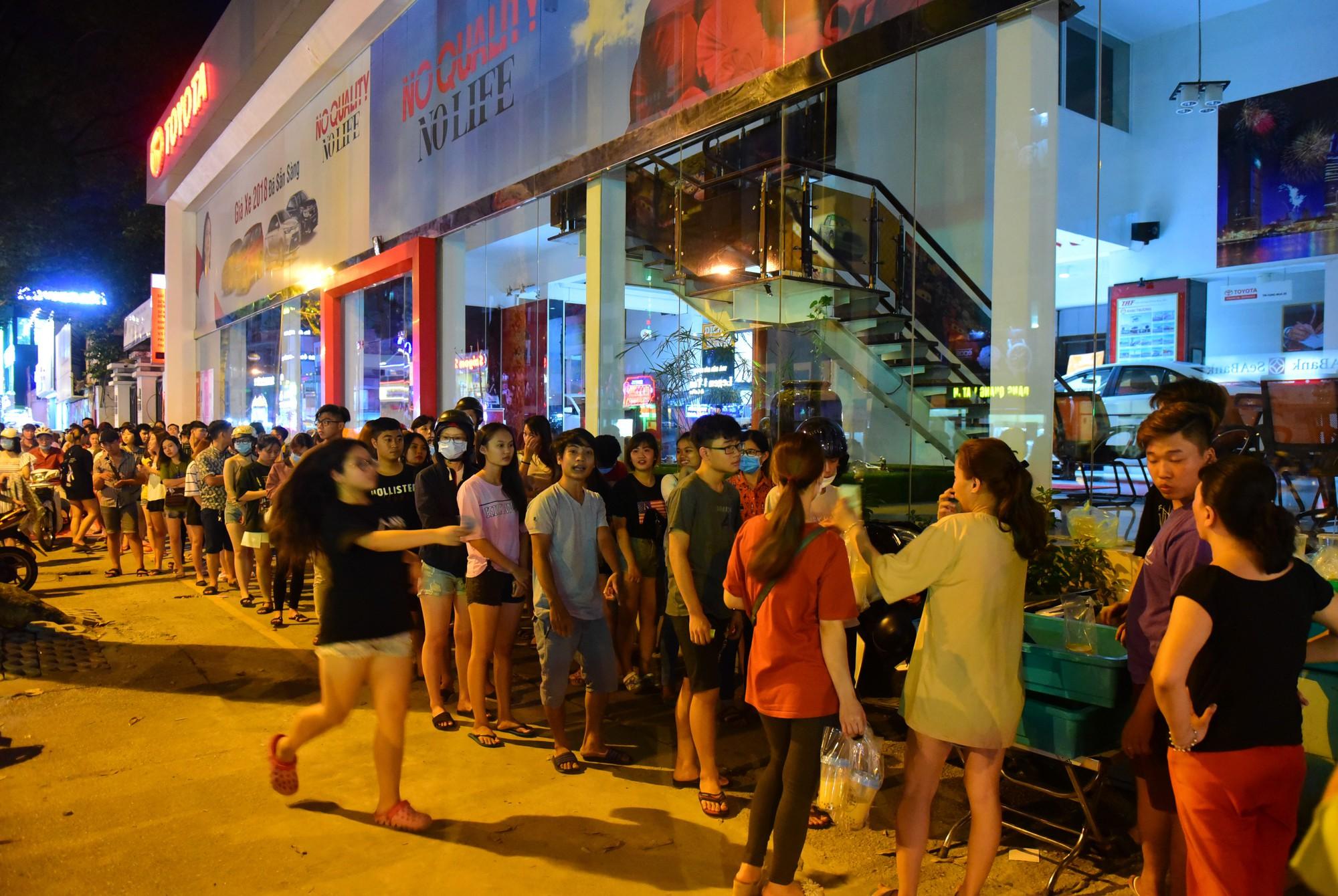 Người Sài Gòn xếp hàng kín vỉa hè chờ mua sữa tươi trân châu đường đen - Ảnh 6.