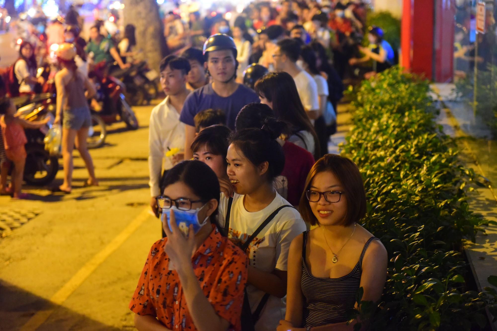 Người Sài Gòn xếp hàng kín vỉa hè chờ mua sữa tươi trân châu đường đen - Ảnh 4.