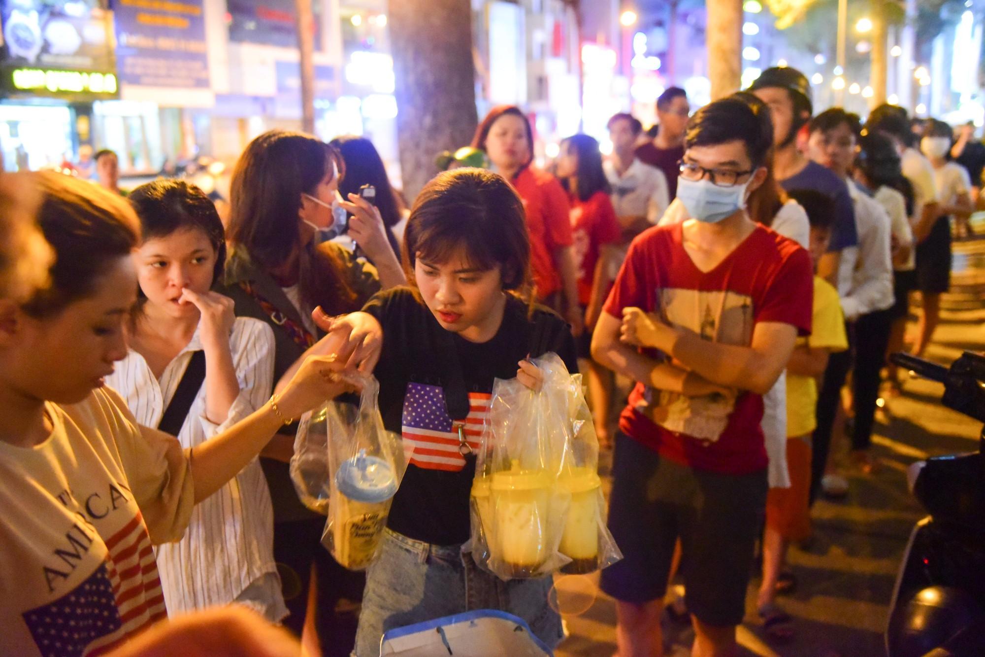 Người Sài Gòn xếp hàng kín vỉa hè chờ mua sữa tươi trân châu đường đen - Ảnh 5.