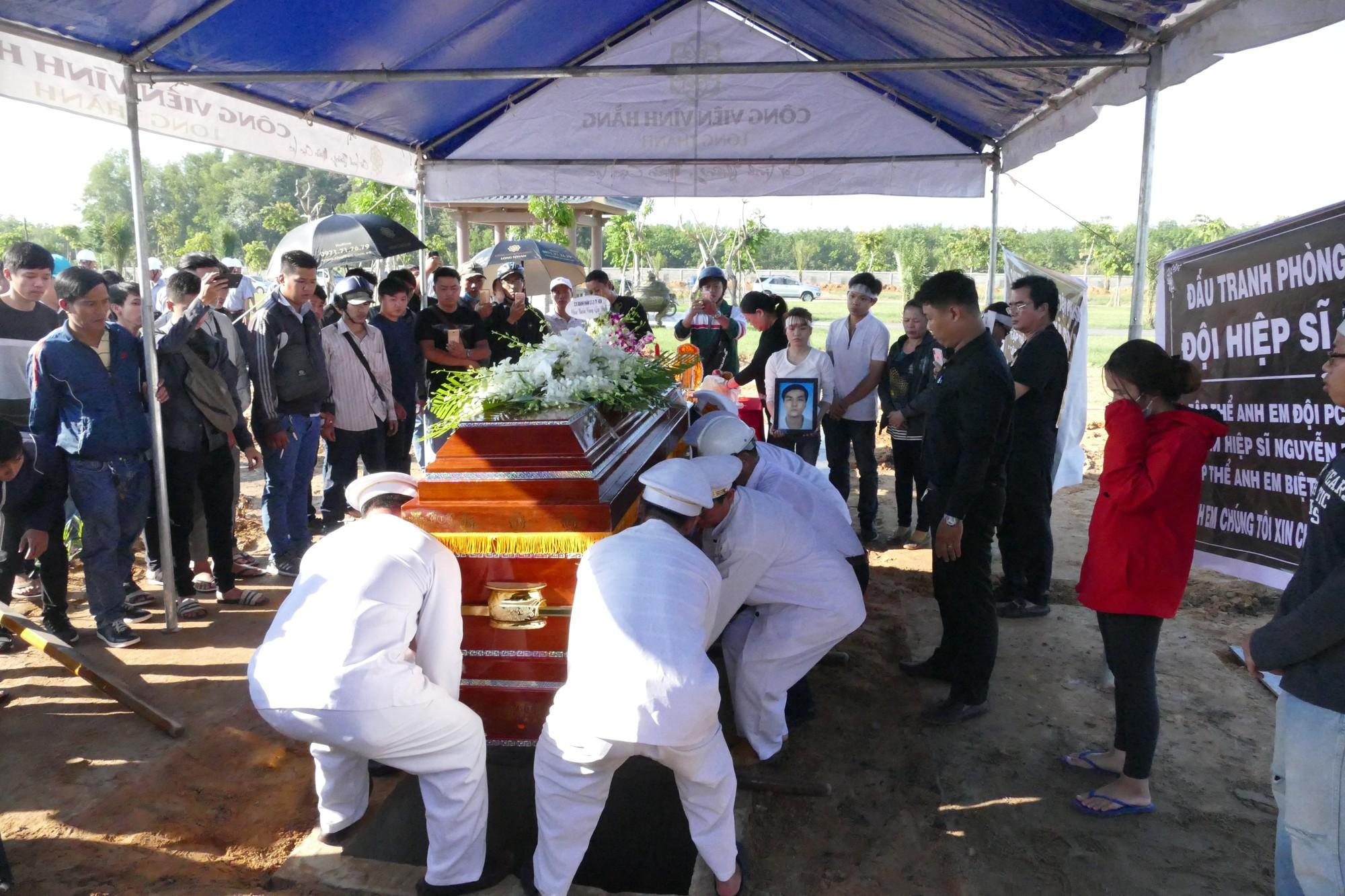 Người vợ chưa kịp mặc áo cưới của hiệp sĩ bị đâm tử vong ở Sài Gòn khóc nghẹn trong lễ tang chồng  - Ảnh 7.