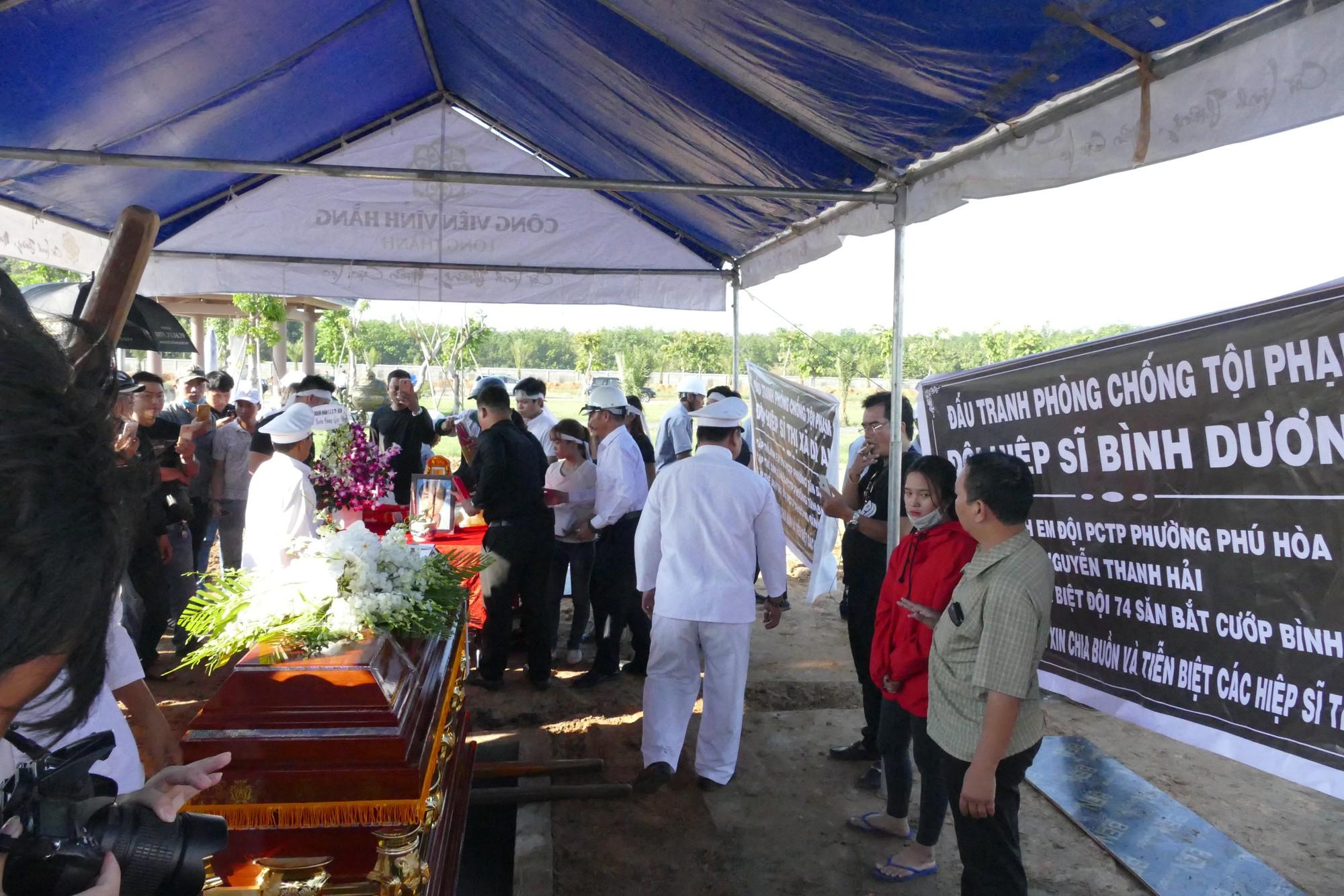 Người vợ chưa kịp mặc áo cưới của hiệp sĩ bị đâm tử vong ở Sài Gòn khóc nghẹn trong lễ tang chồng  - Ảnh 3.