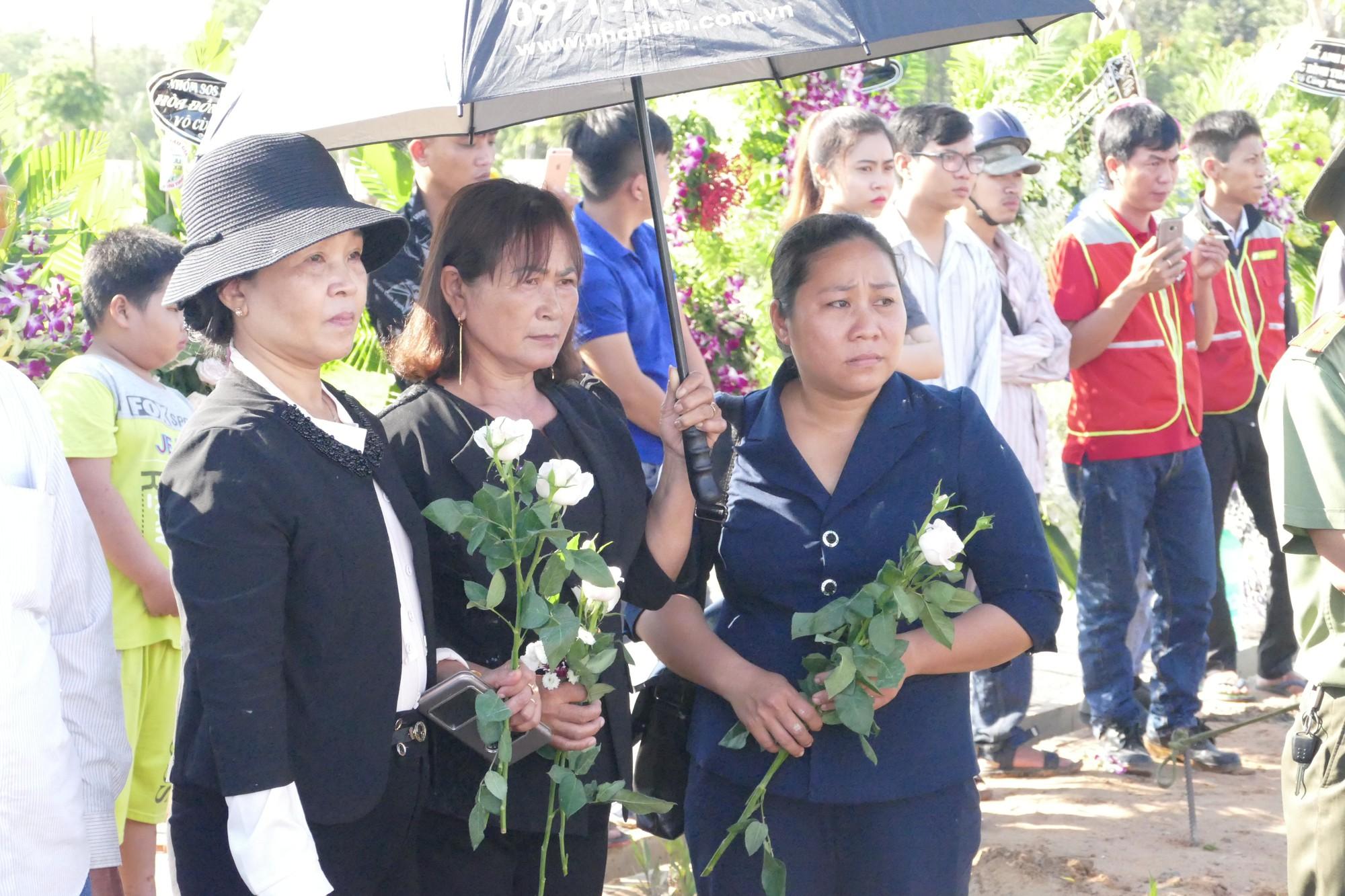 Người vợ chưa kịp mặc áo cưới của hiệp sĩ bị đâm tử vong ở Sài Gòn khóc nghẹn trong lễ tang chồng  - Ảnh 5.