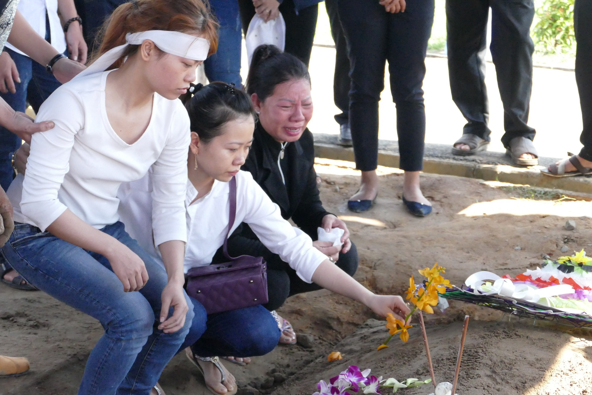 Người vợ chưa kịp mặc áo cưới của hiệp sĩ bị đâm tử vong ở Sài Gòn khóc nghẹn trong lễ tang chồng  - Ảnh 12.