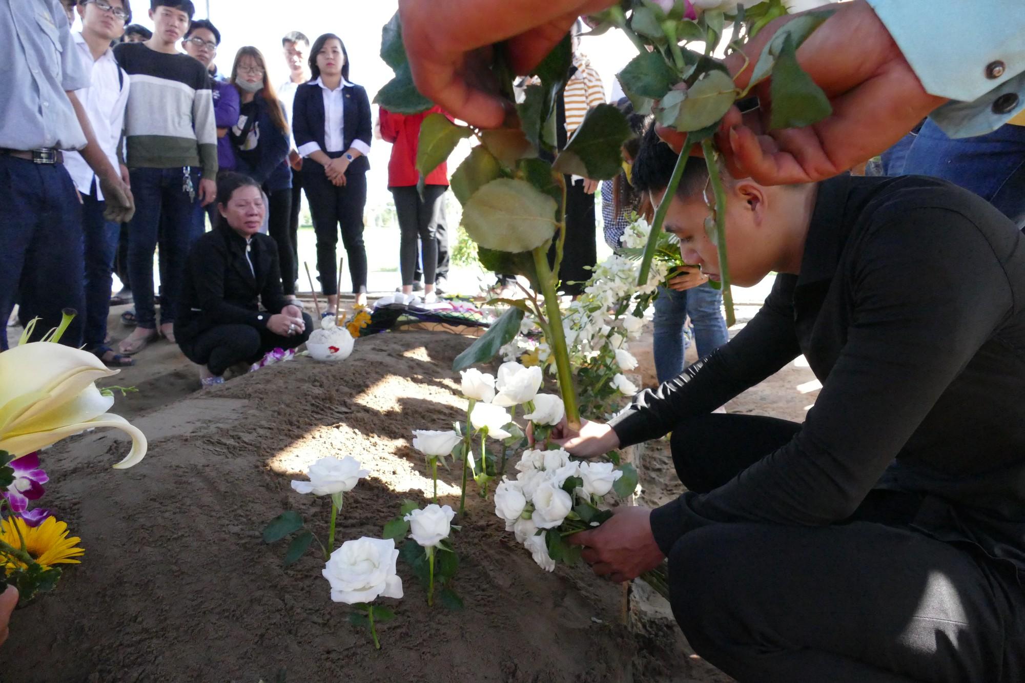 Người vợ chưa kịp mặc áo cưới của hiệp sĩ bị đâm tử vong ở Sài Gòn khóc nghẹn trong lễ tang chồng  - Ảnh 13.