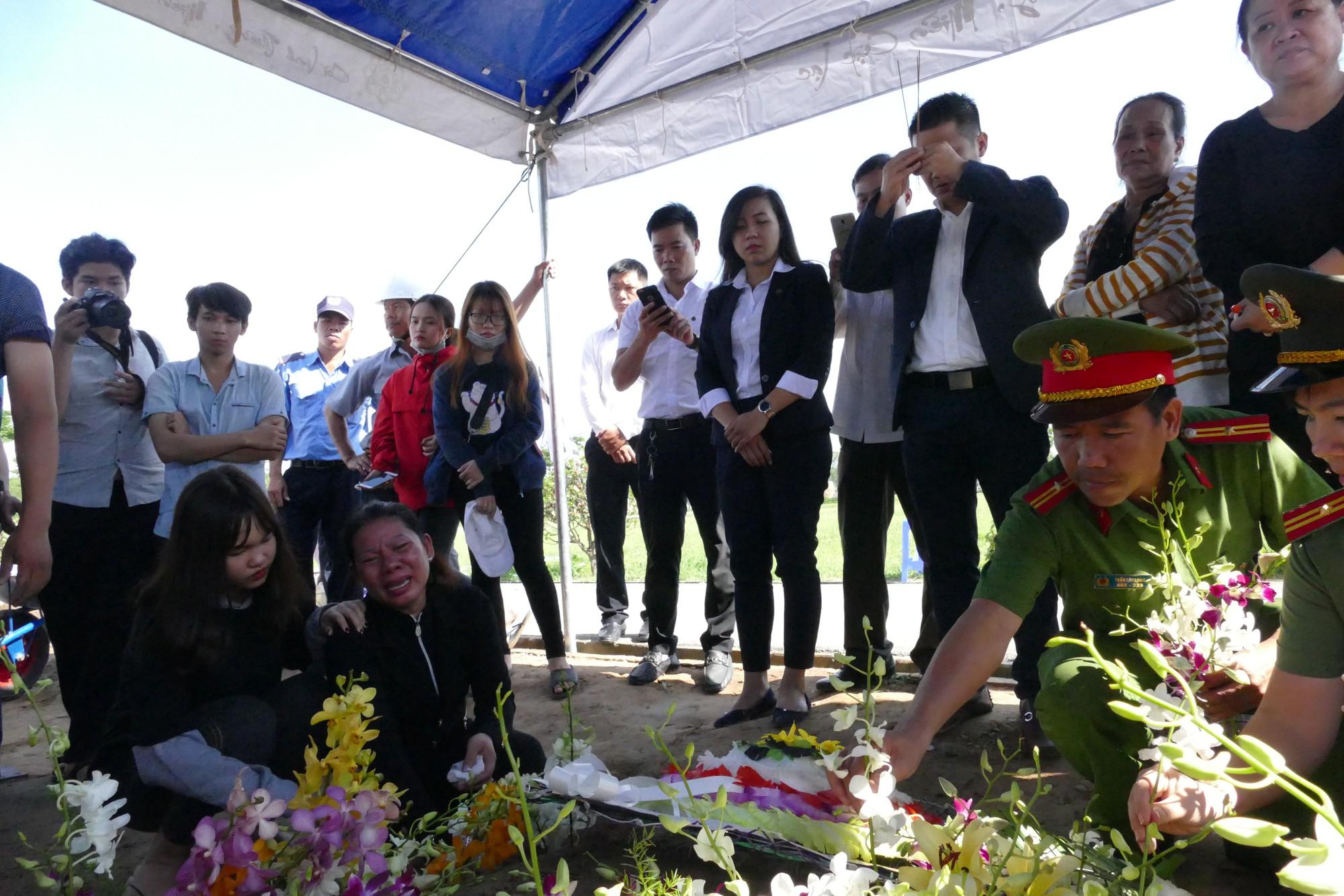 Người vợ chưa kịp mặc áo cưới của hiệp sĩ bị đâm tử vong ở Sài Gòn khóc nghẹn trong lễ tang chồng  - Ảnh 11.