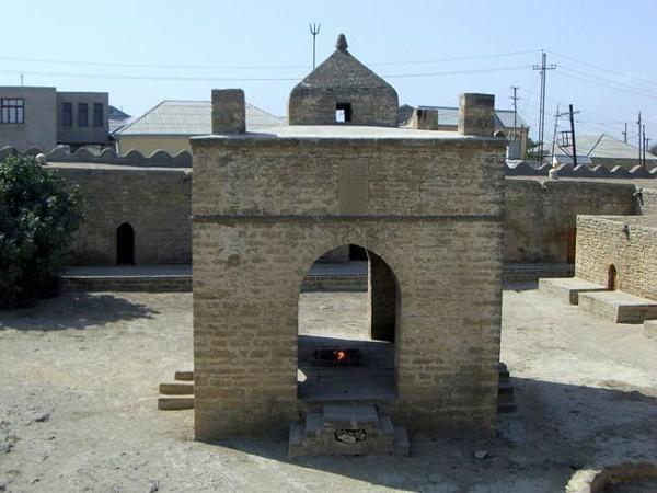 Điều kỳ diệu khiến ngọn lửa cháy nghìn năm không tắt ở ngôi đền thiêng?  - Ảnh 1.