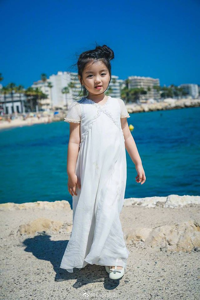 Từ chuyện Cbiz có mỹ nhân nhỏ tuổi nhất đến LHP Cannes: Bố mẹ đang bóc lột con trẻ vì hào nhoáng showbiz? - Ảnh 1.