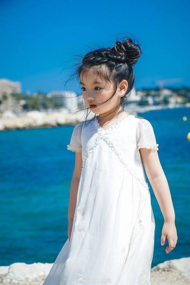 Từ chuyện Cbiz có mỹ nhân nhỏ tuổi nhất đến LHP Cannes: Bố mẹ đang bóc lột con trẻ vì hào nhoáng showbiz? - Ảnh 2.