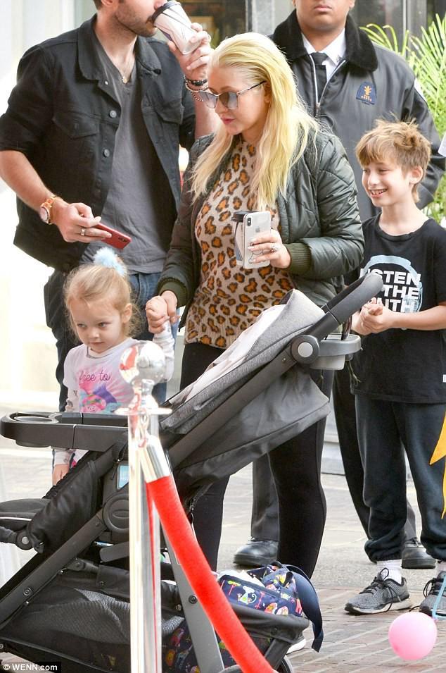 Christina Aguilera: Ám ảnh bị bố ruột bạo hành và gương mặt biến dạng vì nghiện thẩm mỹ - Ảnh 12.