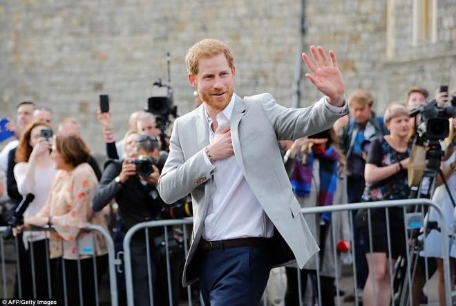 Đêm cuối trước đám cưới, Hoàng tử Harry và Meghan mỗi người một nơi, dành thời gian để làm việc quý báu này - Ảnh 3.