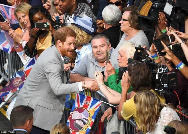 Đêm cuối trước đám cưới, Hoàng tử Harry và Meghan mỗi người một nơi, dành thời gian để làm việc quý báu này - Ảnh 4.