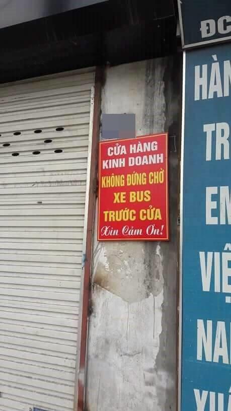 Tấm biển thông báo treo chiếc cửa hàng trên phố Hà Nội khiến dân mạng xôn xao - Ảnh 1.