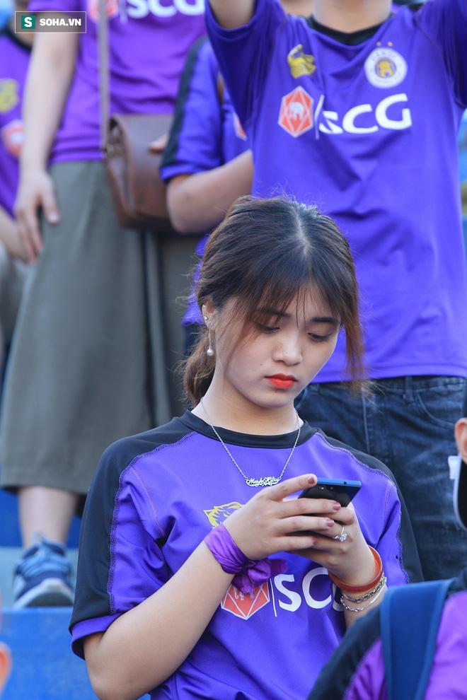 Fan nữ Nam Định, Hà Nội tăng sức nóng cho SVĐ Thiên Trường - Ảnh 10.