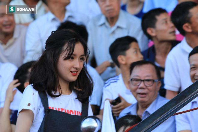 Fan nữ Nam Định, Hà Nội tăng sức nóng cho SVĐ Thiên Trường - Ảnh 11.