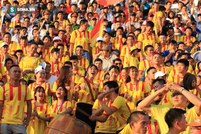 Fan nữ Nam Định, Hà Nội tăng sức nóng cho SVĐ Thiên Trường - Ảnh 14.